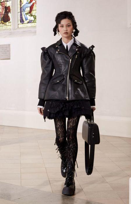 Черная сумка с широким ремнем - модный аксессуар осень-зима 2021 Simone Rocha