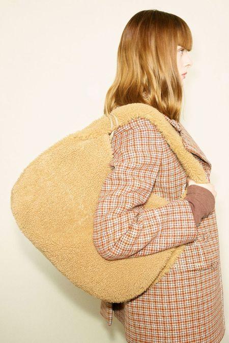 Желтая плюшевая сумка - модный аксессуар осень 2021 Tod's