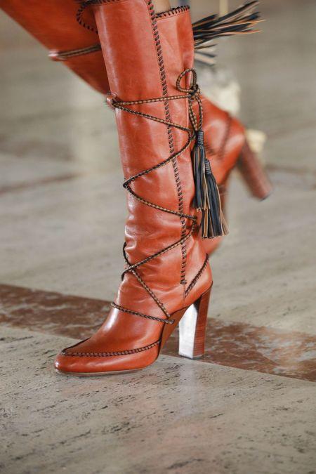 Рыжие сапоги с декоративной шнуровкой и кисточками