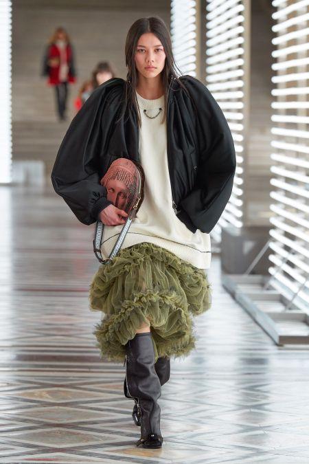 Прямой пробор - модный тренд предстоящей осени. Показ Louis Vuitton