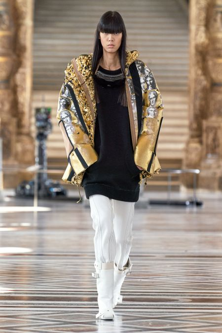 Густая челка с ровным каре на показе Louis Vuitton FW