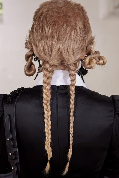 Прическа с косичками из коллекции Simone Rocha