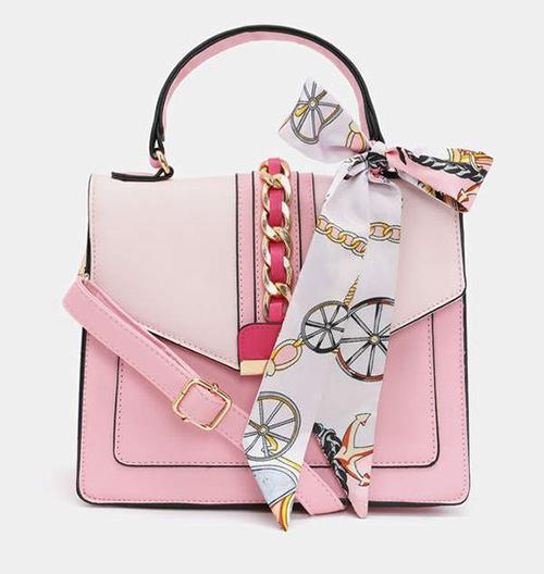 Пример отличного сочетания сумочки и твилли. Смотрится нарядно и ярко, но при этом не аляповато