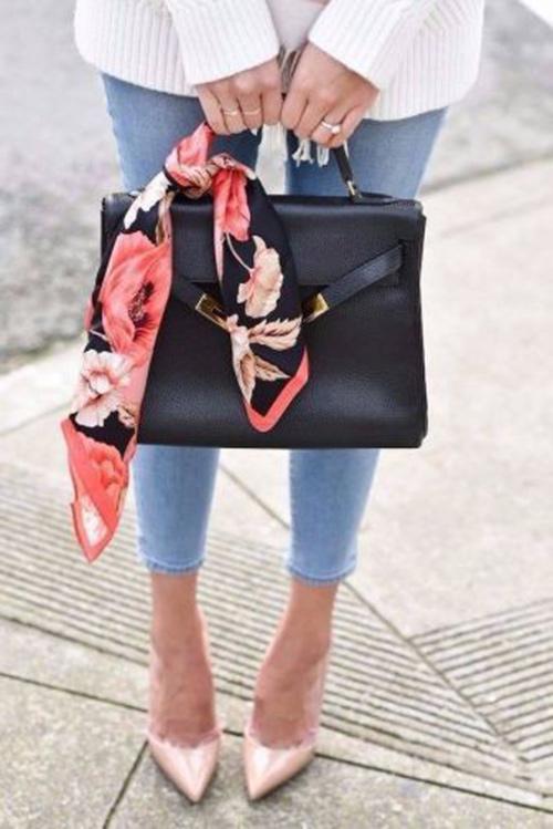 Красивый цветочный принт на черном твилли поможет легко «вписать» строгую черную сумку в летний образ