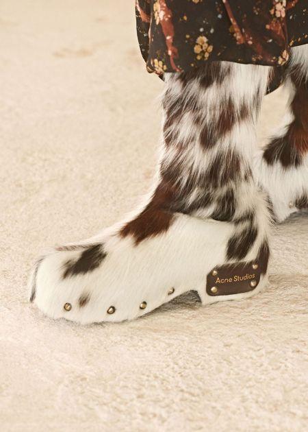 Меховые сапоги - модная обувь осень 2021