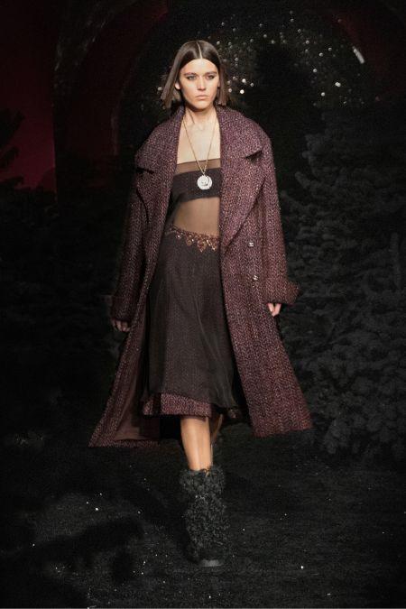 Идеальный прямой пробор на короткие волосы. Модная прическа на показе коллекции Chanel RTW FW 2021-2022