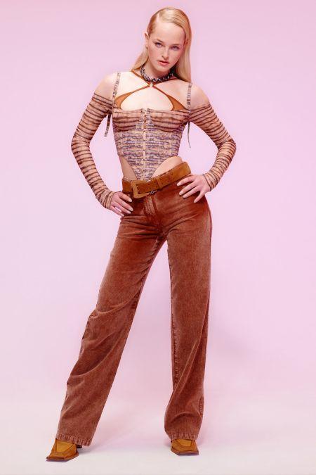 Боковой пробор - модная женская прическа. Показ коллекции Charlotte Knowles осень-зима 2021-2022