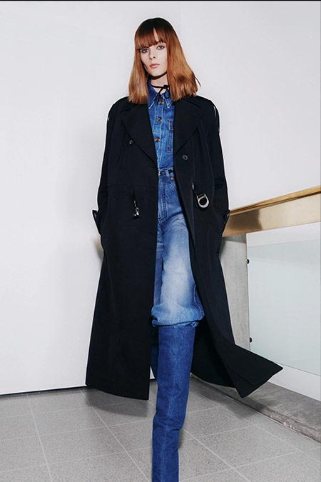Джинсы, рубашка и сапоги из денима в коллекции Victoria Beckham FW 2021