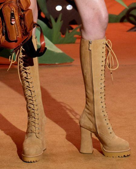 Высокие бежевые сапоги со шнуровкой Moschino