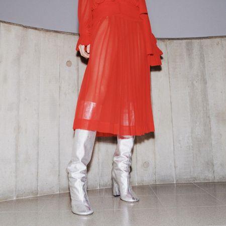 Серебристые сапоги с красным платьем