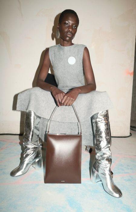 Трендовая обувь осень 2021 - серебристые сапоги