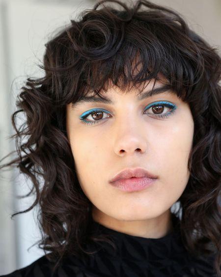 Макияж с голубыми тенями и бесцветным блеском. Коллекция David Koma