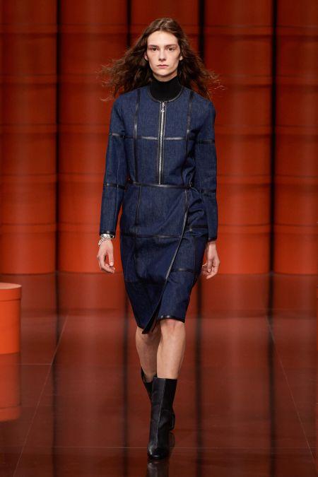 Длинное платье из темного денима. Коллекция осень-зима 2021-2022 Hermès