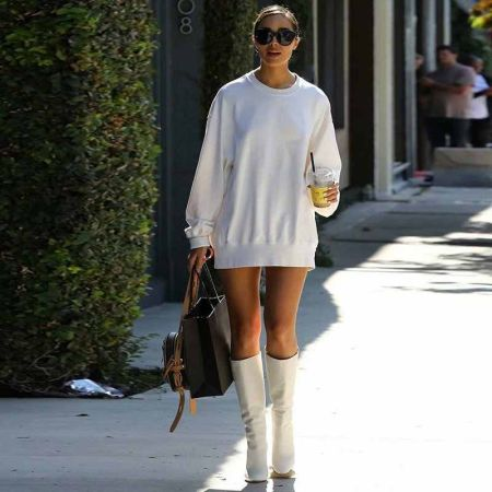 Белое платье-толстовка с высокими белыми сапогами