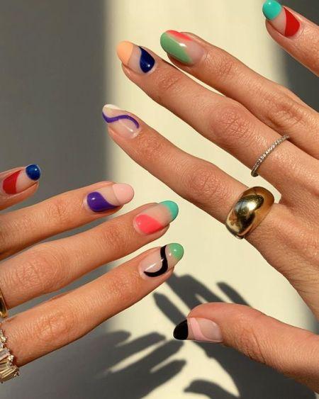 Разноцветный абстрактный маникюр на миндалевидные ногти