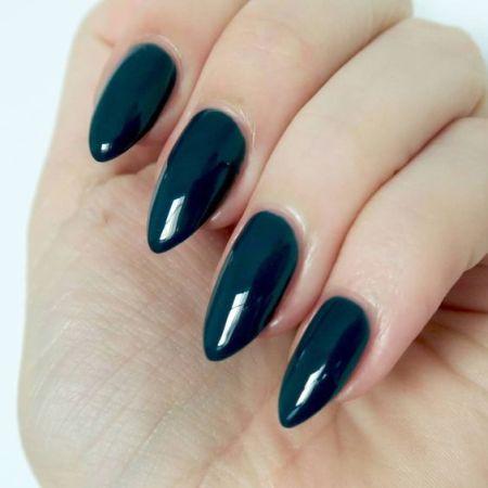 Миндалевидные длинные ногти с темно-синим лаком