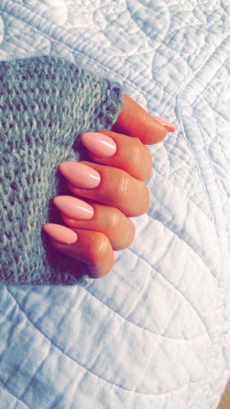 Миндальная форма ногтей и розовое покрытие