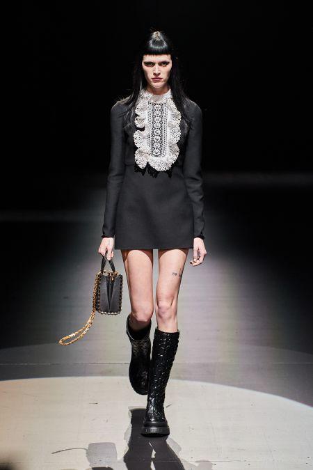 Короткое черное платье с длинным рукавом и белой манишкой Valentino