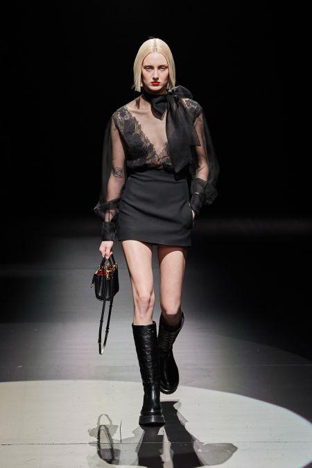 Маленькое черное платье с кружевным верхом. Коллекция осень-зима 2021-2022 Valentino