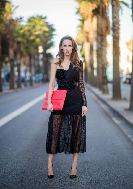 Длинное черное кружевное платье и красный клатч