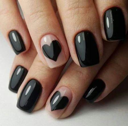 Черный маникюр с черным сердцем на безымянном пальце