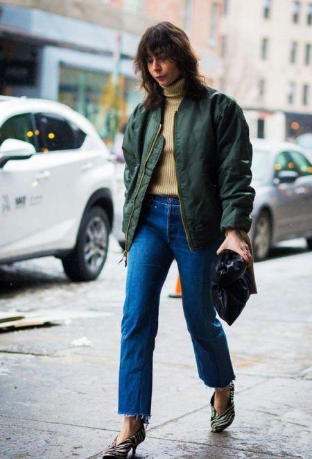 Бомбер с прямыми укороченными джинсами и водолазкой
