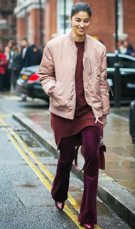 Удлиненный розовый бомбер и расклешенные вельветовые брюки