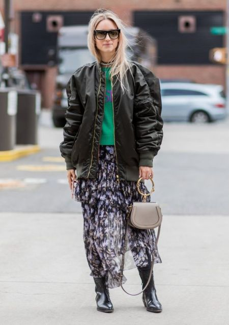 Бомбер с объемными руквами, шифоновая юбка и черные сапоги