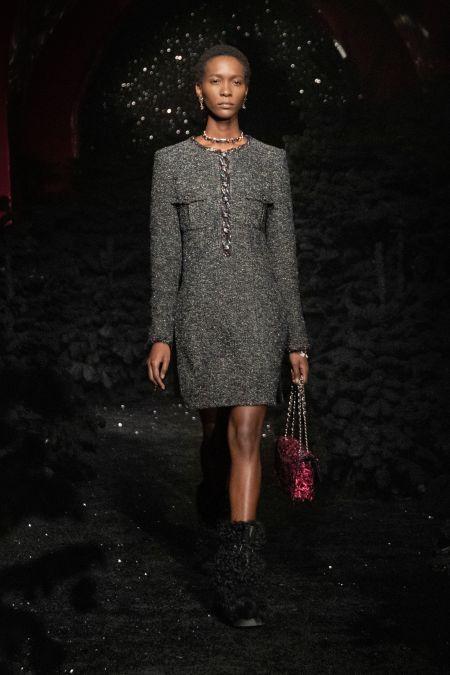 Серое платье и черные меховые сапоги из коллекции Chanel