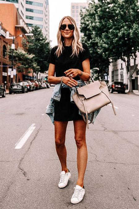 Уличный стиль осени 2021: черное платье, джинсовый жакет, кеды