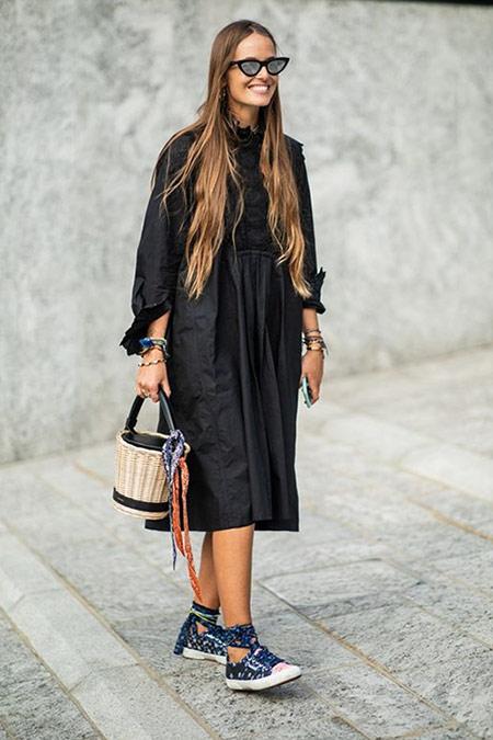 Черное платье в повседневном стиле, кеды, плетеная сумка-ведро