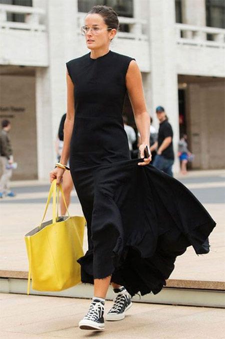 Черное платье, кеды, желтая сумка тоут