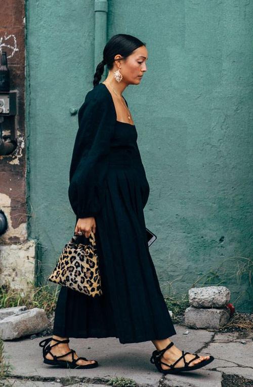 Модный образ для осени 2021: черное платье, сумка с леопардовым принтом, сандалии