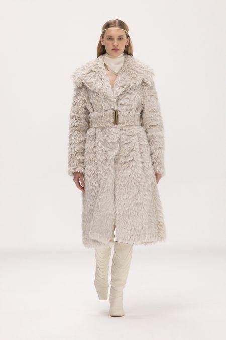 Светлое меховое пальто из коллекции Bevza