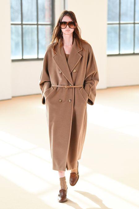 Длинное бежевое двубортное пальто с тонким поясом Max Mara