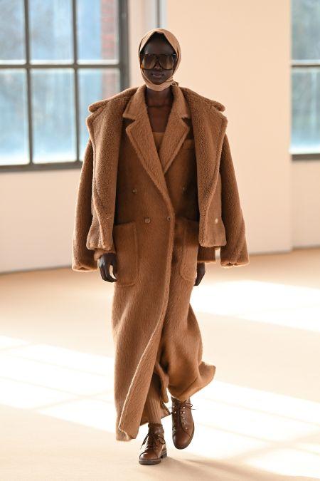 Коричневое плюшевое пальто Max Mara