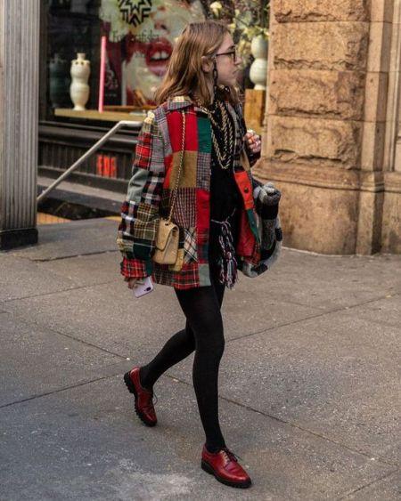 Куртка пэчворк и бардовые лоферы