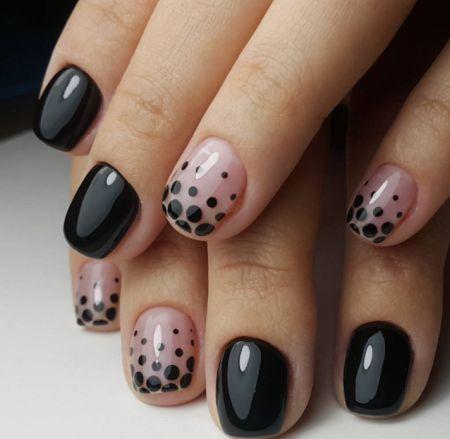 Черный маникюр на короткие ногти и черные точки