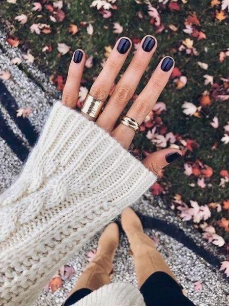 Чернильно-синий маникюр на короткие ногти