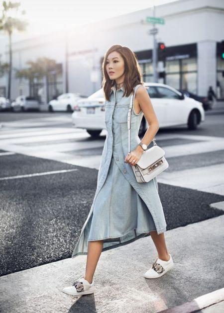 Асимметричное джинсовое платье с белыми кедами