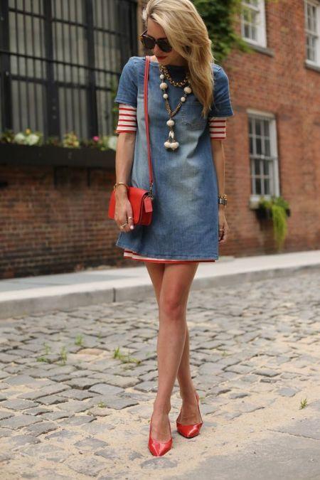 Короткое платье из светлого денима с краснымии туфлями и сумкой-кроссбоди