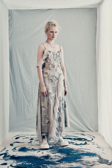 Платье с рюшами и белыми кедами. Образ из коллекции Alexander-McQueen