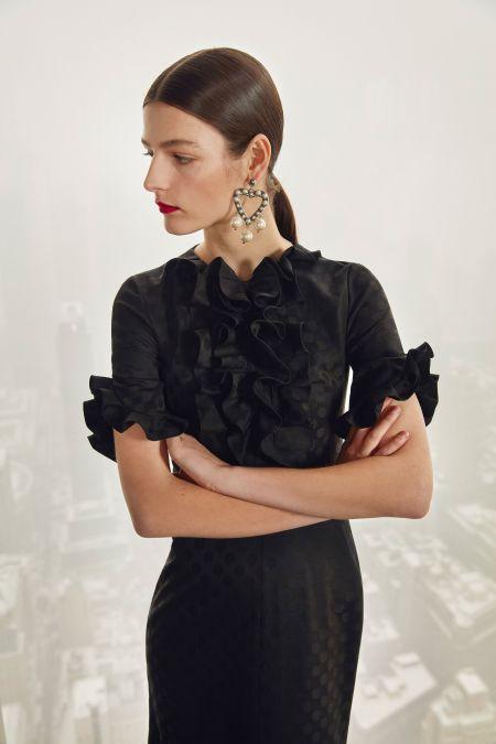 Черное платье с рюшами в районе груди. Коллекция Carolina Herrera