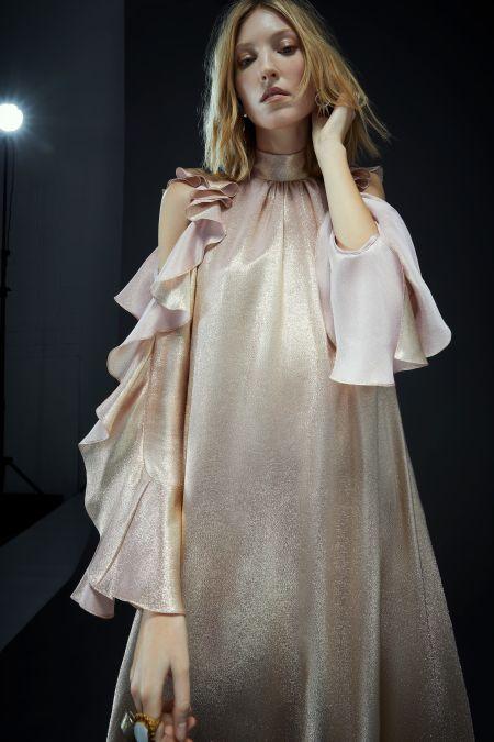 Светлое платье с оборками на рукавах Temperley London