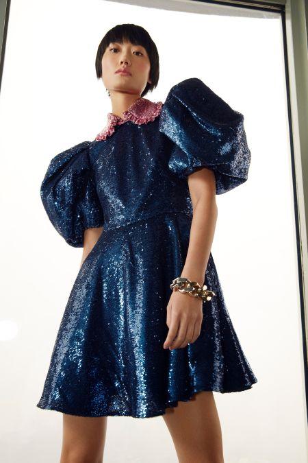 Синее сверкающее короткое платье с рукавами фонариками Carolina Herrera