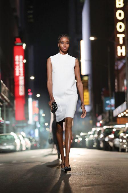 Белое лаконичное платье из коллекции Michael Kors
