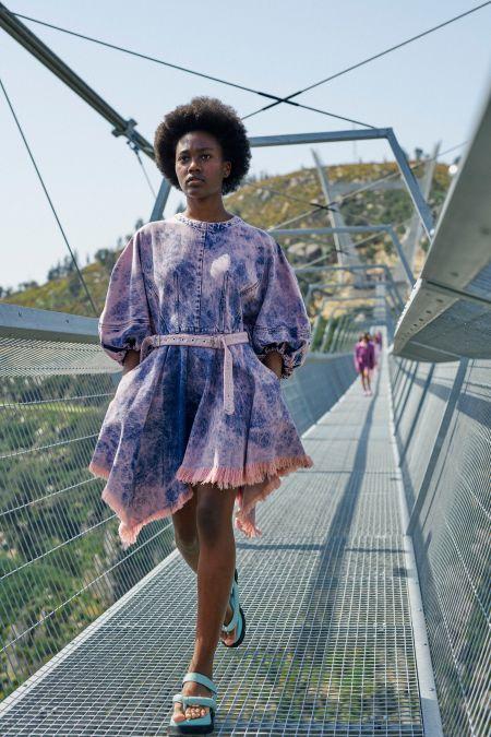 Короткое джинсовое платье с розовым поясом Marques'Almeida