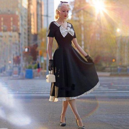 Черное платье с белой отделкой в горох