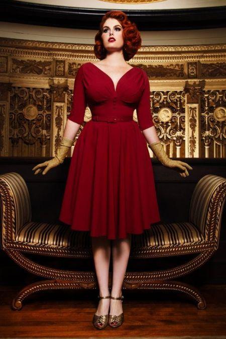 Красное платье с пышной юбкой и глубоким декольте