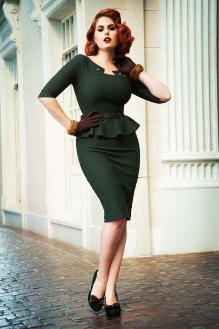Темно-зеленое платье с баской и перчатки. Образ в стиле пин-ап